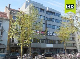 200 m² kantoorruimte<br /> Ligging: op 150m van Sint-Pietersstation en op 100m van Kortrijksesteenweg<br /> Specificaties: betonstructuur en gran