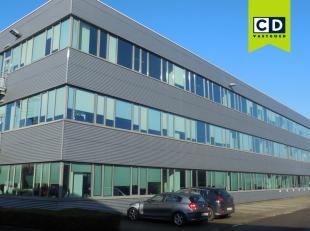 1000m² kantoorruimte<br /> Ligging: Vlakbij E313<br /> Specificaties: dubbel glas, ingedeeld, verlaagd tegelplafond, inbouw tl-armaturen, tegelvl