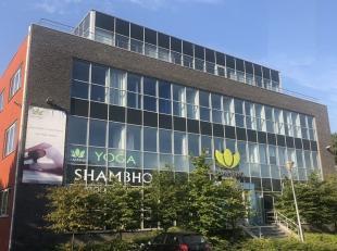 125,40 m² kantoren op 1e verdieping<br /> Ligging: vlakbij R4 en invalswegen rond Gent<br /> Specificaties: glasgevel en traditioneel metselwerk,