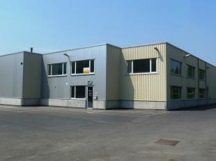 534m² magazijn met 130m² atelier en 382m² kantoren<br /> Ligging: vlakbij afrit E19 (Mechelen-zuid)<br /> Specificaties magazijn: vrije