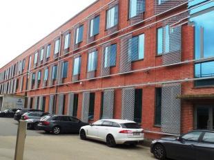 300m² kantoorruimte op 1ste verdieping (opsplitsbaar vanaf 100m²)<br /> Ligging: vlotte verbinding naar E19 ; bushalte op wandelafstand<br /