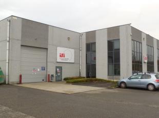 1423m² magazijn met 292m² kantoren<br /> Ligging: vlot bereikbaar via E19<br /> Specificaties magazijn: vrije hoogte: min 6 m, volledige ove