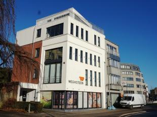 339m² kantoren met appartement (94m²) op 2e verdieping<br /> Ligging: vlakbij afrit E17/E40 en R4; vlakbij Sint-Pietersstation; bushalte voo