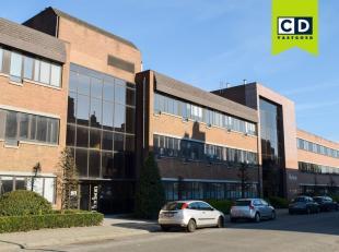 559m² gelijkvloerse kantoorruimte<br /> Ligging: vlot bereikbaar via Antwerpse ring<br /> Specificaties: aluminium schrijnwerk met zonwerend dubb