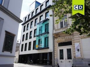 160m² gerenoveerde kantoren in historisch centrum van Gent<br /> Indeling: inkom, 2 aparte burelen en 1 groot bureel, ingerichte keuken, berging,