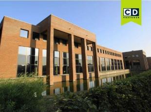 292m² kantoorruimte op 1ste verdieping<br /> Ligging: nabij afrit E403 en op 5km van A17<br /> Specificaties: verlaagd plafond met inbouw tl-arma