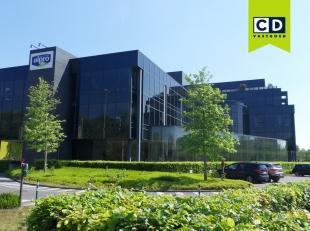 683m² kantoor op 3e verdieping<br /> Ligging: commercieel gelegen aan afrit E40 en langs invalsweg van Gent, bushalte op 250m<br /> Specificaties
