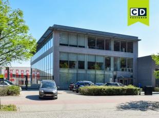 1646m² magazijn met 513m² kantoren<br /> Ligging: vlakbij A12<br /> Specificaties magazijn: betonstructuur, volledige overspanning, 3 grote