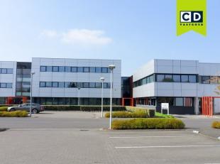 245,82m² gelijkvloers kantoor met 29m² archiefruimte<br /> Ligging: aan afrit E40 en R4 met vlotte verbinding naar E17, vlakbij The Loop en