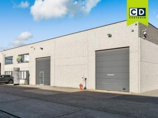 817m² magazijn met 366m² kantoren<br /> Ligging: gelegen in bedrijvenpark langs R4<br /> Specificaties magazijn: betonstructuur, gevel in ar