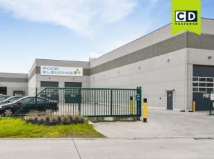 1155m² magazijn (uitbreidbaar tot 2670m²)<br /> Ligging: gelegen in industriezone De Nest, vlakbij R4<br /> Specificaties: staalstructuur, v