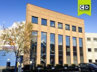 228m² kantoren op 2e verdieping<br /> Ligging: aan afrit E40 en R4 (Flanders Expo), zijstraat van Kortrijksesteenweg en bushalte op wandelafstand