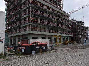 Deze handelsruimte van 319 m² bevindt zich op de volledige gelijkvloerse verdieping van de Toren in het begeerde project het Stapelplein. Door zi