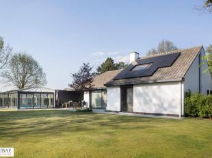 Deze villa (478 m2) is rustig gelegen in tweede bouwlijn op een perceel van 3.298 m2.<br /> Op het gelijkvloers is er een inkomhal, een living met ope