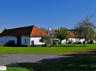 Deze karaktervolle vierkantshoeve anno 1780 bevindt zich op een domein van 3.94 hectare, met een subliem zicht op de landerijen rondom.<br /> Het hoof