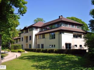 Deze ruime en lichtrijke penthouse (202 m2) in de residentie Fairway is gelegen in een aangename parktuin tegenover de Royal Latem Golf Club.<br /> He