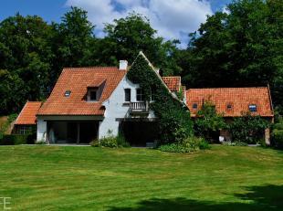 Exclusief en lichtrijk landhuis (583 m2) gebouwd in 1950, gerenoveerd en uitgebreid in 1995 en 2010 met architect Stéphane Boens.<br /> Op het