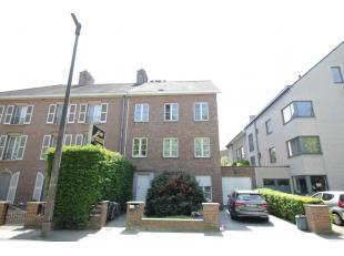 Op wandelafstand van Gent-Sint-Pieters, in een rustige eenrichtingsstraat, vinden we op de derde verdieping dit één-slaapkamer apparteme