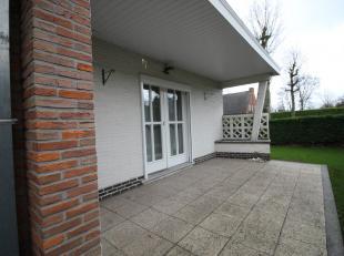 Deze vrijstaande bungalow is heel rustig en residentieel gelegen te De Pinte. De woning is vlot bereikbaar door de diverse invalswegen dichtbij als oo