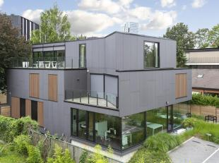 Aan de rand van Gent, met een super bereikbaarheid en toch rustig gelegen, vinden we deze ruime en lichtrijke penthouse.De indeling is als volgt: bij