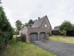 Residentieel gelegen villa bouwjaar 1982 op een perceel bouwgrond 948 m² groot + achterliggende grond 1.199 m². De woning biedt 156 m²