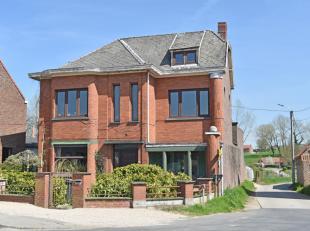 Charmante karaktervolle, te renoveren, WONING (BJ 1935) op ca. 430m² grond. De woning omvat op het gelijkvloers : inkom, zithoek, eethoek, overde