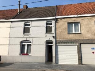 Rustig gelegen woning met inkom, living, keuken, wc, badkamer, ruime wasplaats, garage en afgesloten tuin met groot terras. Boven zijn er 3 slaapkamer
