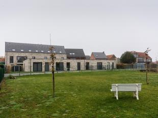 """Zeer ruime duplex gelegen te Res. """"Huyze 't Hoekske"""". Dit appartement is voorzien van een overdekt terras met uitzicht naar de straatkant. Ruime leefr"""