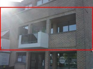 Zeer ruim zonnig en lichtrijk appartemen met een totale oppervlakte van 120 m2. Het is rustig gelegen (20 meter van de straat, dus geen inkijk) en toc