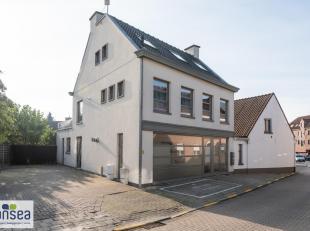 Dit gelijkvloerse appartement is zeer goed gelegen in het centrum van Knesselare. Gezien zijn indeling is het niet afhankelijk van gemeenschappelijke