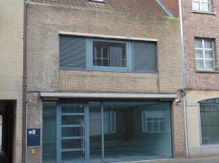 Deze winkelruimte met woning, gelegen in de centrumstraat (Stationsstraat) van Aalter, biedt alle mogelijkheden. Ruimte troef! De centrale ligging zor
