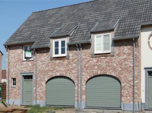 Ruime halfopen bebouwing in pastorijstijl op 290 m² met N-oriëntatie. GLV: inkom, toilet, living, keuken, berging in de inpandige garage. 1e