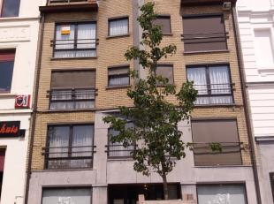 Dit appartement heeft volgende indeling:<br /> -inkomhal met vestiairekast, <br /> -ruime leefruimte met mooi uitzicht door groot raam over het plein,