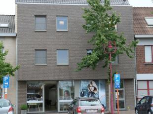 Op een vlot bereikbare locatie nabij het centrum en het station treffen we dit jonge duplex-appartement (98 m², bouwjaar 2012). <br /> Met zijn a