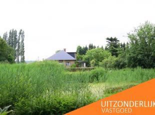 Deze uitzonderlijk gelegen eigendom is omgeven door een prachtig aangelegde tuin met vijver en weids verzicht op natuurgebied.<br /> Ondanks haar rust
