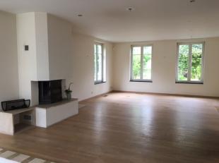 Klassevolle villa gelegen op een prachtig zuidgericht perceel van 2.700 m² aan de rand van Sint-Niklaas.<br /> <br /> Indeling:<br /> Gelijkvloer