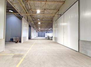 Mooie loods van 91 m² te huur op een uitmuntende locatie te Aalter.  Deze unit is voorzien van een toegangspoort van 6m x 6m. Gemeenschappelijk s