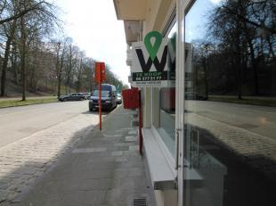 Dit ruime handelsgelijkvloers is erg goed gelegen vlakbij het Citadel park in Gent. Door de goede indeling heeft u tal van mogelijkheden om uw zaak hi
