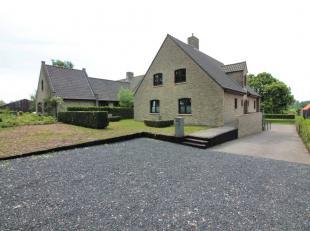Idyllisch gelegen eigendom langs het Leopoldkanaal in Sint-Laureins. De stevig gebouwde villa van bouwjaar 2001 bevindt zich op een perfect zuid geori