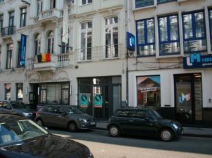 Dit volledig gerenoveerde handelspand is gelegen in het centrum van Gent, nabij het Sint-Annaplein en Gent Zuid.<br /> Het gelijkvloers handelsgedeelt