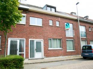 Deze op te frissen rijwoning is gelegen in een rustige zijstraat van de Brugsesteenweg, dichtbij de Bourgoyen. Zowel openbaar vervoer, winkels als sch