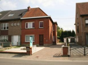 Deze ruime, halfopen gezinswoning ligt op een aangenaam perceel van 434m² in Belzele.<br /> Rustig gelegen in een verkeersarme straat met vlotte