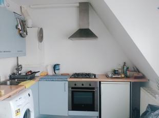 Het appartement is gelegen op de 2° verdieping en omvat een living met open ingerichte keuken - twee slaapkamers - badkamer met ligbad - toilet en