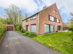 Deze ruime, half open bebouwing is gelegen in een rustige, kindvriendelijke woonwijk te Wondelgem.Uitstekend gelegen in de nabijheid van openbaar verv