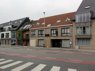 Vlakbij het centrum van Mariakerke vinden we dit zeer ruim (130m²) 3-slaapkamerappartement gelegen op wandelafstand van winkels en scholen. Teven