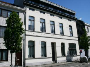 """Dit perfect onderhouden gelijkvloersappartement is gelegen in kleinschalige residentie """"Usines Piquet"""", met grote gezellige binnentuin.Nabij het bruis"""