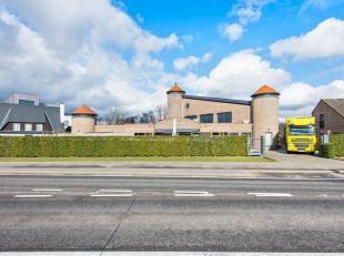 Dit gebouw ligt op een commerciële TOPligging in Evergem, vlakbij het centrum en openbaar vervoer (tram/trein/bus).Dankzij de opvallende architec