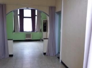 Deze woning omvat een inkom - living - eetplaats - keuken - badkamer met ligbad - kelder en zonnige koer. Boven zijn er drie ruime slaapkamers met pla
