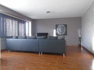 Gezellig appartement omvattende een inkom - living van 29m² - ingerichte keuken van 10m² - terras - twee slaapkamers van respectievelijk 15