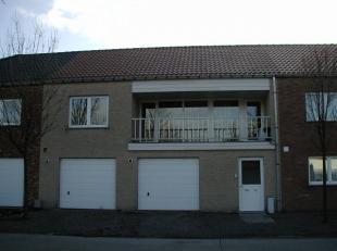Gelijkvloers appartement omvattende een inkom - living met open keuken - badkamer met douche en wastafel - twee slaapkamers - toilet - terras - tuin e